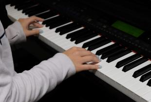 Hybrid Piano Course Improves Classtime